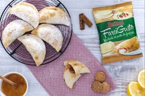 Ricetta Mezzelune dolci con pere, confettura di pesche e amaretti