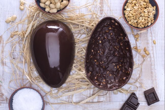 Uovo di Pasqua al cioccolato fondente e arachidi