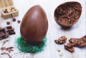 Uovo di pasqua al cioccolato al latte e nocciole