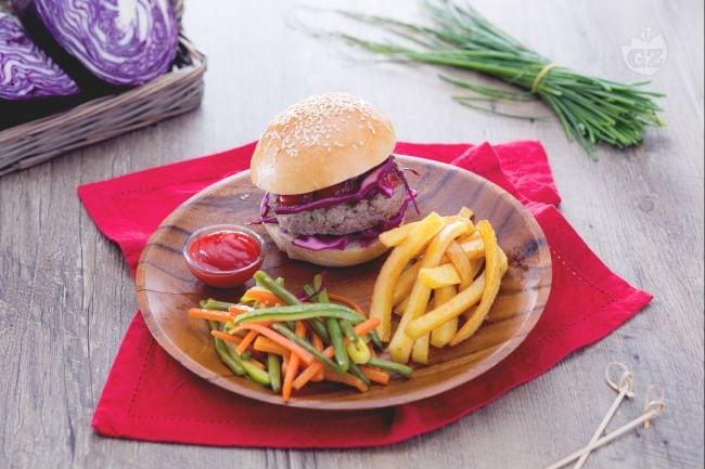 Hamburger alle erbe aromatiche con verdure miste e patatine