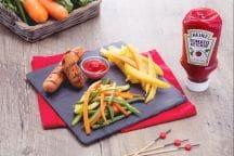Wurstel alla griglia con patatine fritte e verdure saltate
