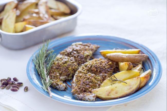 Spada in crosta di pistacchi con spicchi di patate