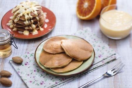Pancakes alle mandorle con crema all'arancia