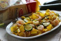 Tagliatelle allo zafferano, zucchine e gamberetti