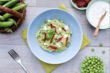 Spaghetti integrali con pesto di piselli, pomodori secchi e stracciatella