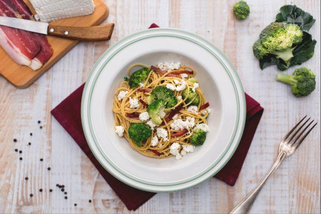 Spaghetti integrali con ricotta, broccoletti e speck croccante
