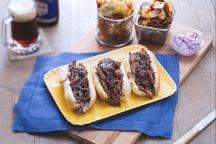 Sandwich di manzo e insalata di cavolo con patate croccanti