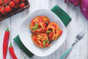 Nidi di spaghetti al sugo piccante