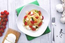 Spaghetti quadrati con sugo fresco e mozzarella
