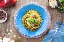Spaghetti al pesto con alici e peperoni