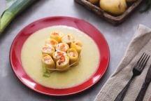 Paccheri ripieni di crema al salmone, ricotta e aneto su vellutata di porri e patate