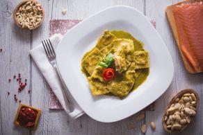 Ricetta Ravioli ripieni di salmone con salsa al basilico