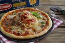 Pizza con spaghetti e bufala
