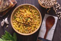 Pasta in zuppa di ceci, alloro e aglio rosso