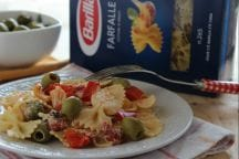 Farfalle con ricotta, peperoni e olive