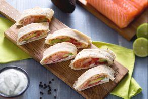 Ricetta Rotolini di piadina con salmone, avocado e crema allo yogurt