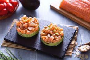 Ricetta Tartare di salmone con crema di avocado e mandorle tostate