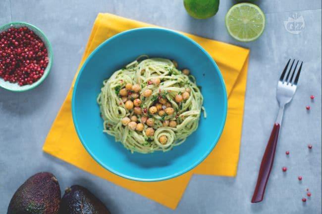 Spaghetti integrali con crema di avocado e ceci croccanti