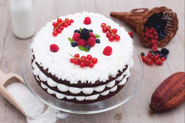 Ricetta torta a piani al cioccolato con panna e frutti di for Decorazioni torte uomo con panna