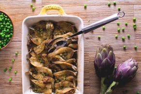 Ricetta Alaccia al forno con carciofi e piselli