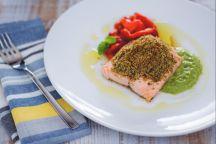 Filetto di salmone con crosta croccante su vellutata di zucchine e menta
