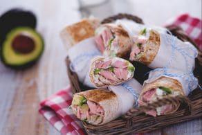 Wrap di tonno e avocado con salsa allo yogurt e daikon