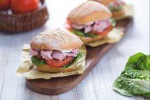Sandwich piccante con tonno, caprino e pesto di olive