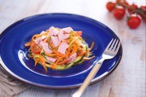 Noodles di zucchine e carote con tonno e pomodoro