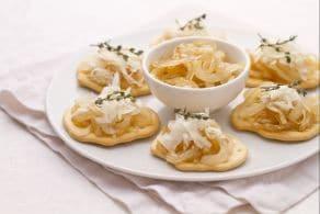 Schiacciate con scaglie di Castelmagno e cipolle caramellate