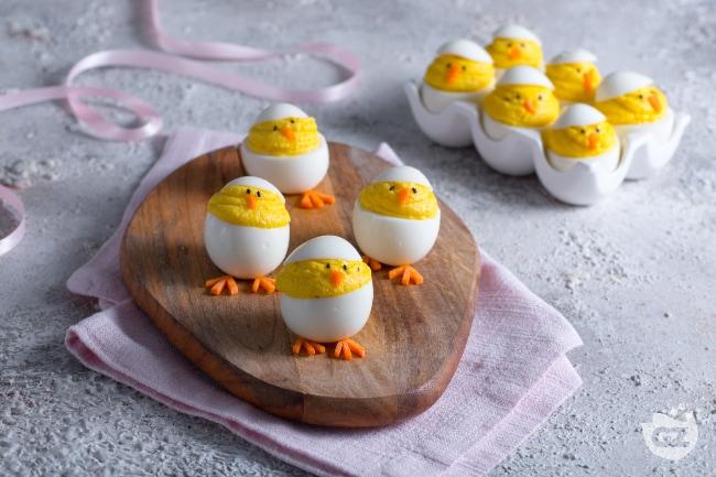 Ricetta uova ripiene pasquali la ricetta di giallozafferano - Decorazioni uova pasquali per bambini ...