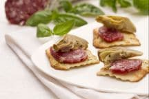 Carciofi e salame su sfoglie alle olive