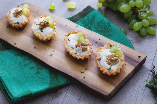 Barchette con crema di parmigiano e uva