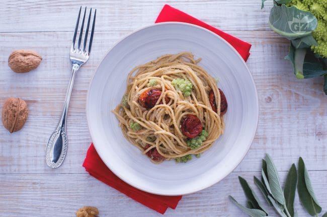 Spaghetti con pesto di salvia e noci