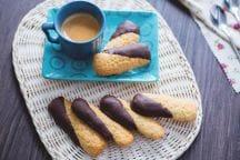 Biscotti al cocco ricoperti di cioccolato