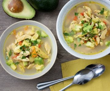 Zuppa di pollo e avocado