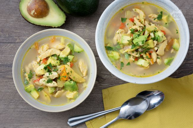 Zuppa di pollo e avocado