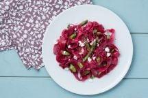 Tagliatelle alla barbabietola con asparagi