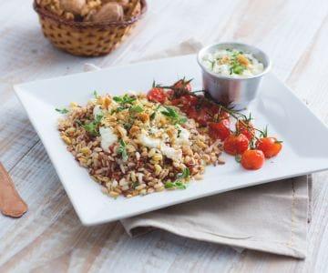 Riso rosso e cereali con bufala e pomodorini arrosto
