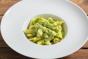 Ricetta Garganelli con pesto di zucchine e gamberetti