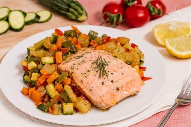 Ricetta salmone al vapore la ricetta di giallozafferano - Forno a vapore ricette ...