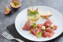 Carpaccio di tonno con salsa al frutto della passione
