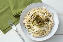 Pasta con crema di ricotta, asparagi e pistacchi