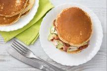 Pancakes salati con bacon e crème fraîche