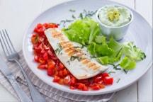 Pesce alla griglia con salsa di skyr e avocado