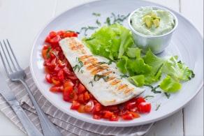 Ricetta Pesce alla griglia con salsa di skyr e avocado