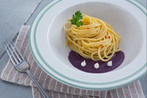 Spaghetti piccanti su crema di patate viola
