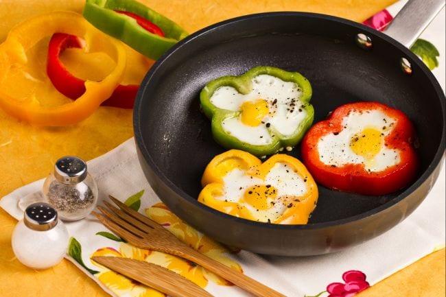 Fiori di peperoni con uova