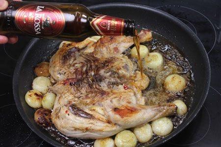 Pollo alla diavola alla birra con patate e cipolline