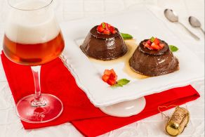 Dessert cioccolato birra e fragole
