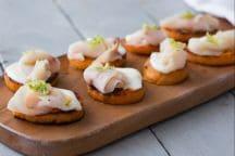 Crostini di patate dolci con spada e stracchino
